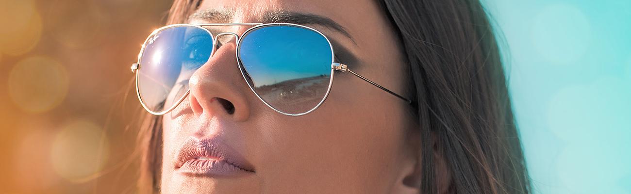 kobieta-w-okularach-przeciwsłonecznych