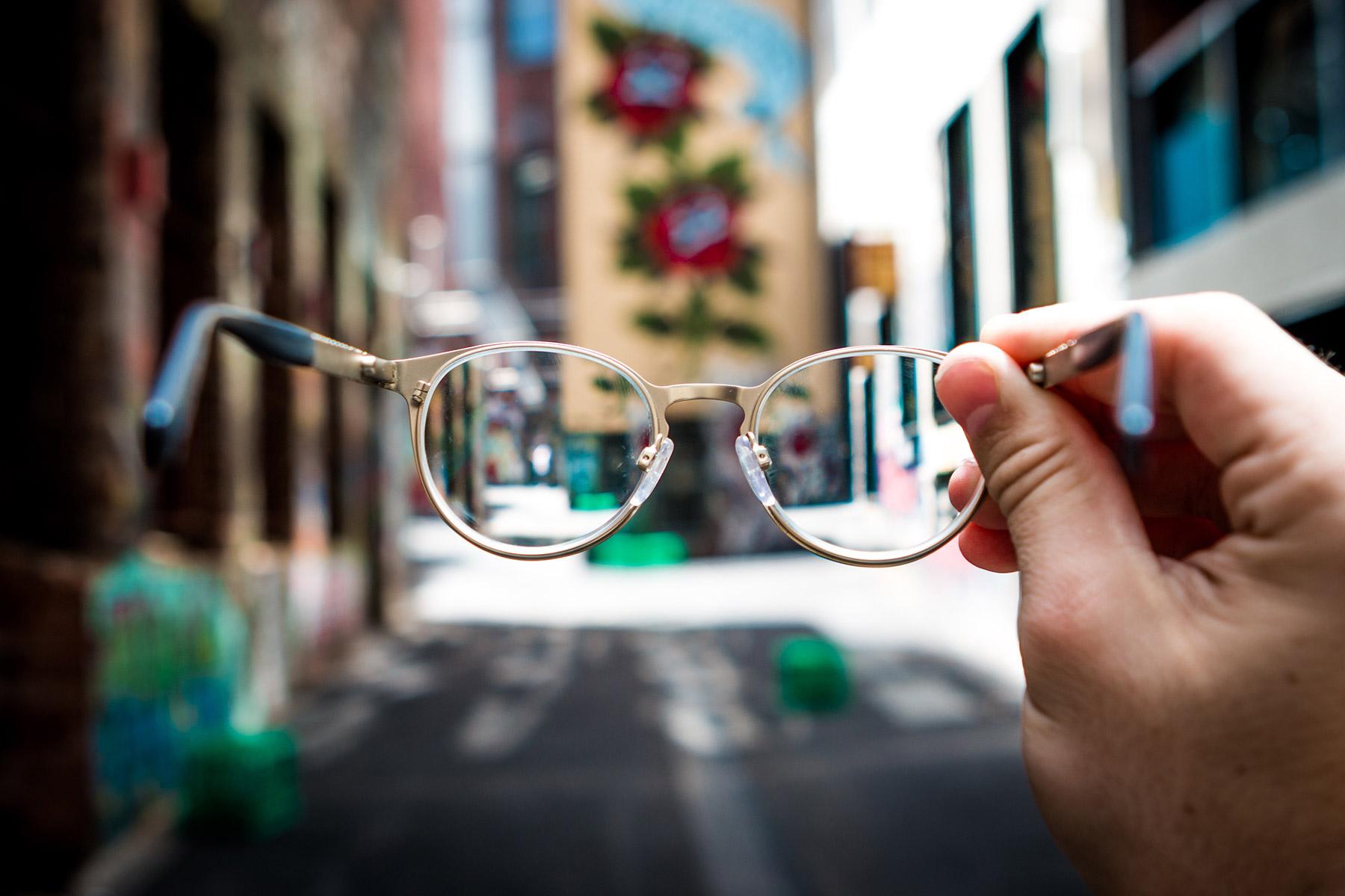 okulary-trzymane-w-ręce-ulica